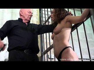 Schlagsahne und starre Spanking von versklavten Beauvoir in Bondage und schweren bdsm