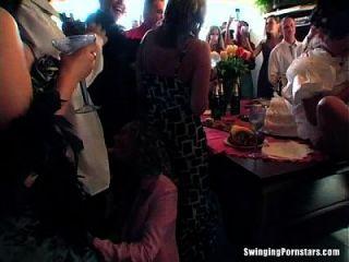 Hochzeitsschlampen ficken in der Öffentlichkeit