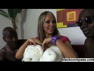 blonde sexy Hündin mit 2 großen schwarzen Jungs
