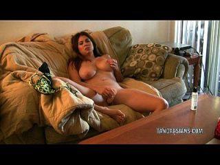exotische Hottie mai ly fickt ihre Pussy mit einem großen Dildo