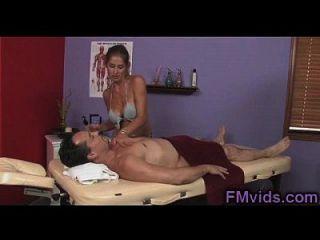 busty masseuse Verbrechen spielt mit Hahn