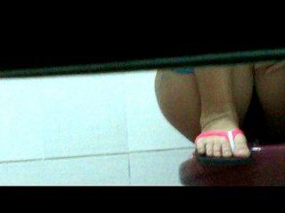vietnamesisches Mädchen im Badezimmer