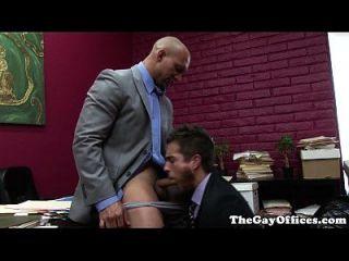 muskulöses Büro Hunk von seinem Chef gefickt