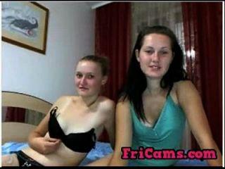 Zwei scheue russische Webcam Mädchen zeigen 69