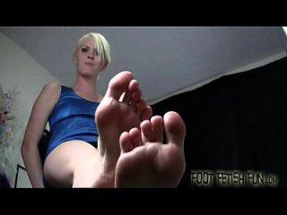 Ich sehe dich da und späht zu meinen Füßen