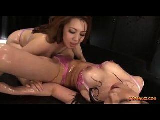 2 busty asian Mädchen in Dessous Öl auf Körper küssen Körper patting Reiben und