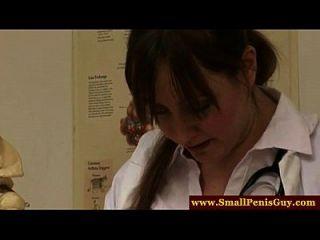 femdom Krankenschwestern untersucht seinen kleinen Schwanz