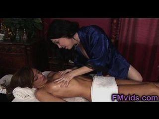 busty milf rayveness gibt erstaunliche nuru massage