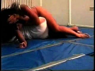 schönes gemischtes Wrestling mit bodyscissors