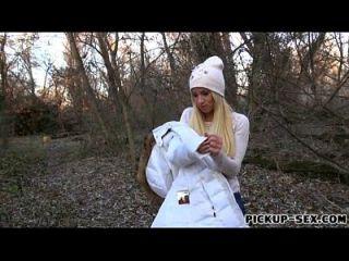 Amateur Blondine Kiara blinkt Boobs und gefickt im Wald