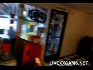 Mädchen saugt Jungs Schwanz, dann wird in Büro Webcam gefickt