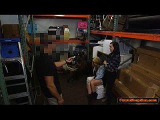 lesbische Liebhaber geben pawnshop Besitzer einen Blowjob, um einen Kopf zu verkaufen