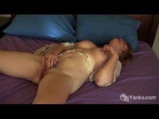 Busty Amateur Joan Fingersatz ihre fleischige Pussy