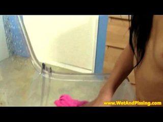Urin liebende Fetisch Babe spielt mit Pussy Pumpe