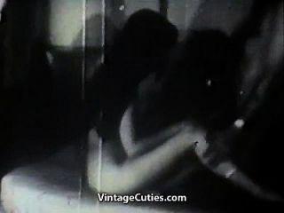zwei heiße Mädchen, die einen Mann necken