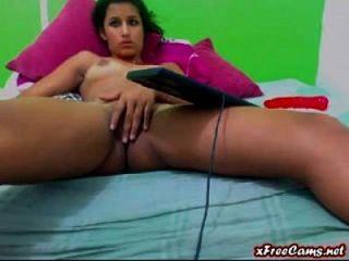 Junge Latina Babe reibt ihre enge Pussy auf Webcam