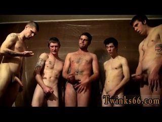 nackte Jungs, die Männer versammeln sich und wichsen über ihn,