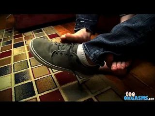 er gibt seinem guten Kumpel einen schönen Fuß wichsen und macht ihn zum Sperma