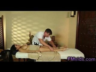 Busty asian Babe saugen Hahn nach Massage