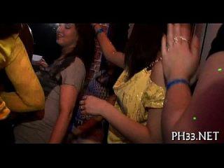 Mädchen, die Schlongs in einem wie den anderen Händen halten