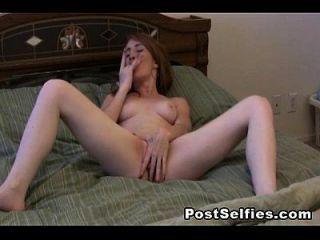 makelloses jugendlich Webcam-Mädchen verbreitet ihre Pussy