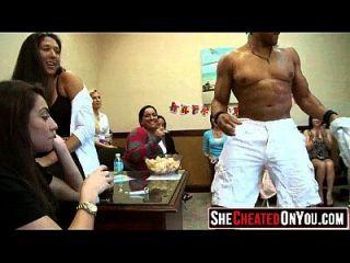 35 verrückte heiße milfs beim saugen dick auf party 17