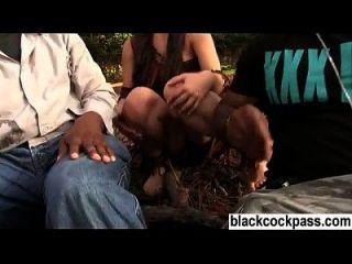 Junge Brünette trifft sich mit schwarzen Schlägern