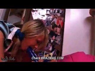 blonde Teenie fickt Dildo geschnallt zu Bett Post