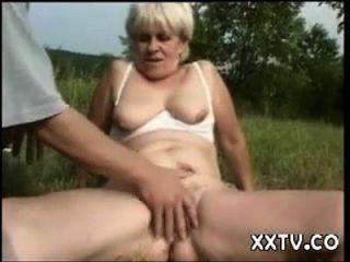Oma in einem Feld gefickt