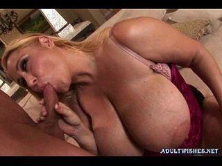blonde Schlampe mit massiven Titten, die Blowjob machen