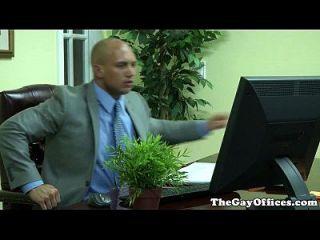 Gaysex Büro Hunk gespritzt mit Sperma