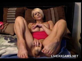 heiße ältere blonde milf spielt mit ihrer pussy im bett