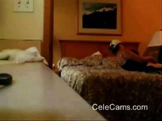 meine Kinky Mom Fingersatz auf dem Bett versteckte cam