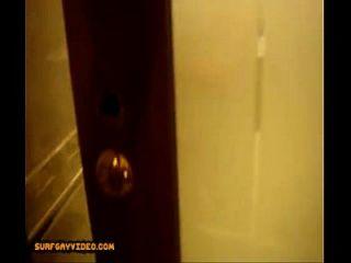 fickt auf dem boden im badezimmer