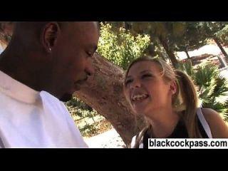 Weißes Mädchen, das einen schwarzen Bolzen trifft, will sie ficken