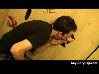 Gloryholes und Handjobs Gay Nass Blowjobs durch ein Loch 14