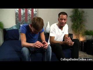Homosexuell Jungs Jordan und Damon halten es Licht und Spaß, aber einmal die Kleidung