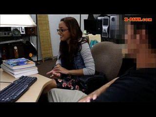 College-Student pflegt ihre Muschi und gefickt in den Hinterzimmer