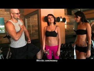 Hottie wird nackt und hat Sex in der Öffentlichkeit für Bargeld 2