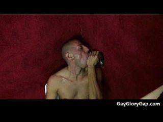 Gloryholes und Handjobs Gay Nass Blowjobs durch ein Loch 04