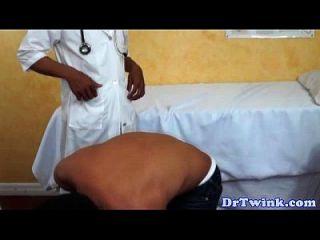 asiatischer Twink-Amateur vom Arzt abgesaugt