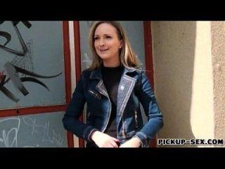 eurobabe melanie blinkt ihre boobs und gebohrt für geld