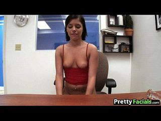 sexy brunette bekommt eine Gesichtsmuster moore 1 2.1