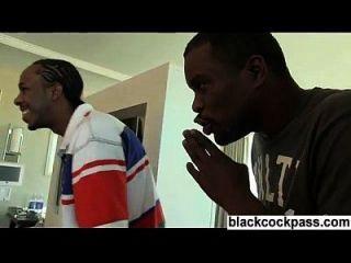 zwei schwarze Männer nehmen weiße Mädchen im Hotelzimmer