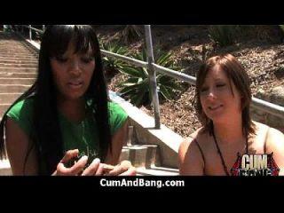 schwarzes Mädchen saugt viele weiße Schwänze in Redneck Gruppe 3