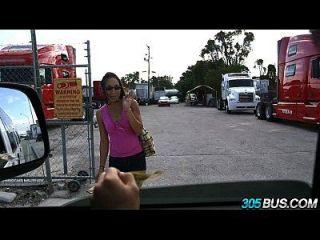 Nerdy Latina Mädchen fickt für Bargeld 2.1