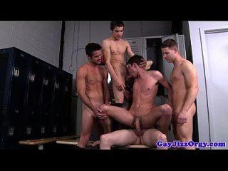 Riley-Banken in der Mitte einer Orgie