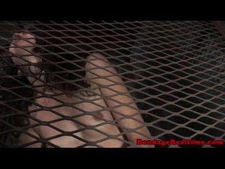 caged sub wird gefesselt und spielzeug