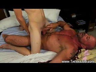 Homosexueller Fick, den wir alle lieben würden, auf dem drapierten Twink-Rohr zu fielen