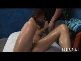 nett aussehende Frau saugt fetten Schwanz